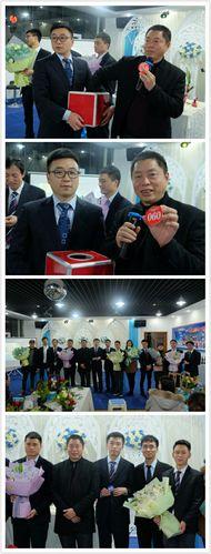 开州区建行行长邓元超抽取三八节特别奖(由面膜制成的鲜花一束).